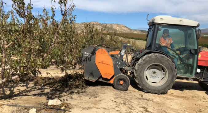 Tractor shredding pruning residuesXlowres